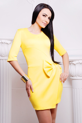 Femme en robe jaune-morphologie