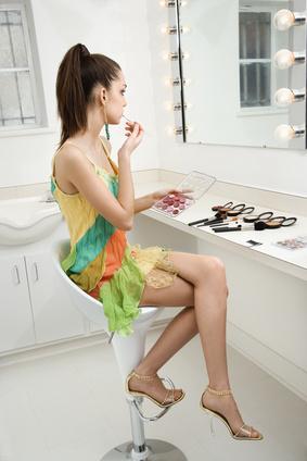 Femme devant un miroir se maquillant