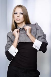 Femme d'affaires en robe-chemise