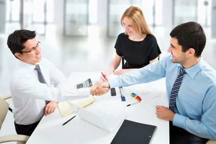 consultants, entrepreneurs et dirigeante en négociation