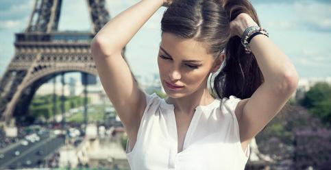 femme relookée devant la Tour Eiffel à Paris