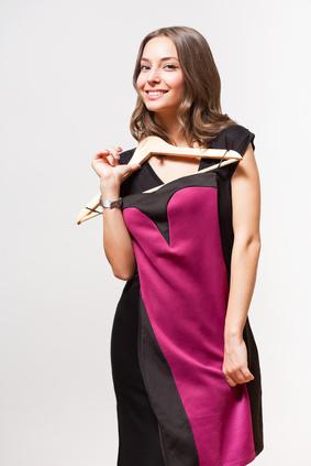 Femme cherchant une tenue pour avoir du style