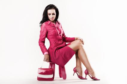 Belle femme en tailleur rouge