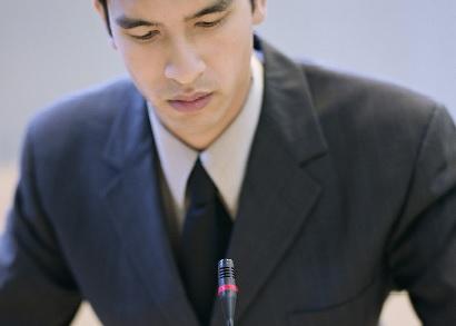 conférencier lors d'une prise de parole en public avec micro